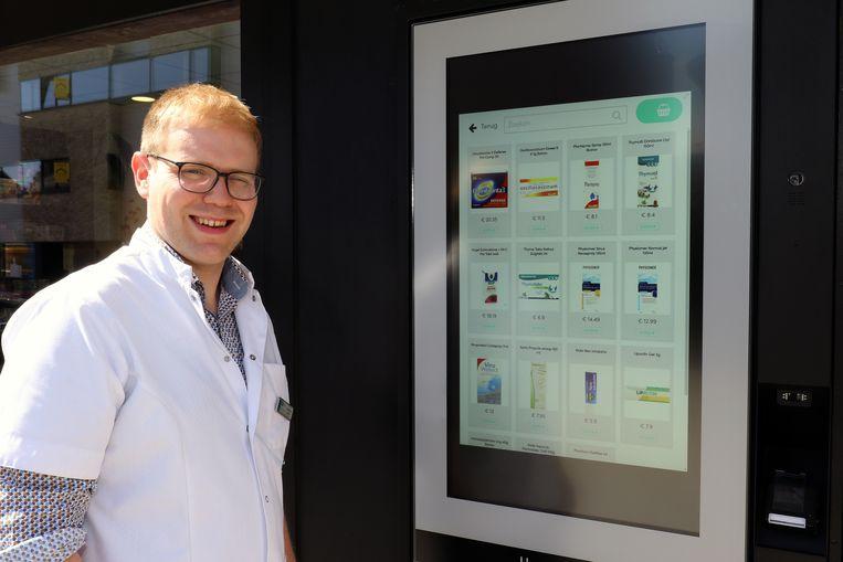 Kristof Kenis (29) toont de nieuwe automaat van apotheek Bakelants.