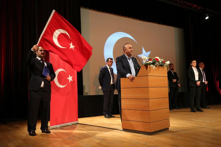 12 MAART, METZ: Een dag nadat minister Çavusoglu is geweigerd in Nederland spreekt hij zonder incidenten Turkse Fransen toe over het referendum in april. Beeld epa