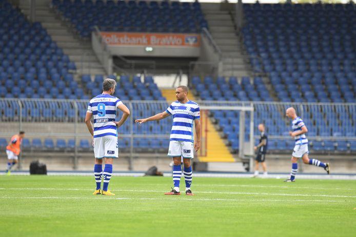 Overleg tussen Ralf Seuntjens (links) en Johnatan Opoku, het koningskoppel van De Graafschap, in de rust van de vriendschappelijke wedstrijd tegen Eintracht Braunschweig.