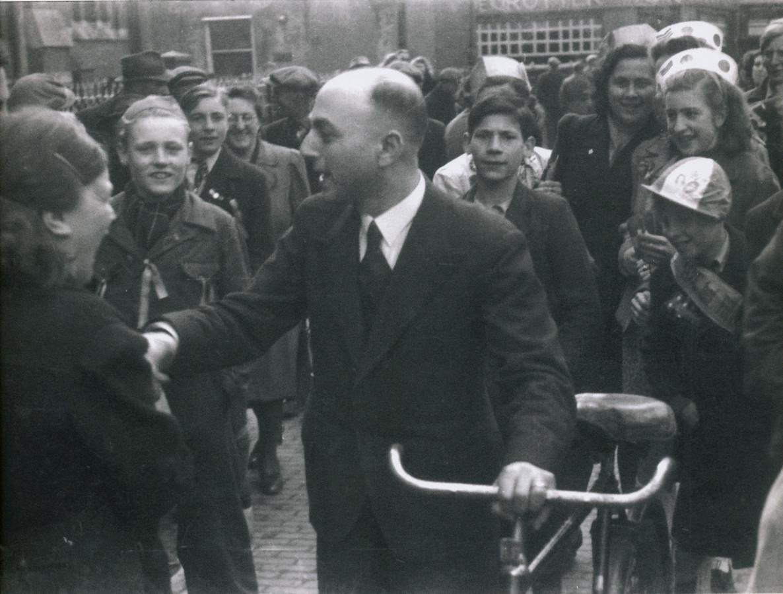 Synagogekoster Louis de Beer komt na de oorlog terug bij zijn woning in Culemborg.