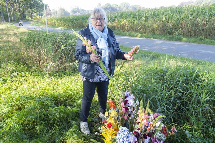 Gerda Ordelman bij het bermmonument voor haar zoon Roy Oosterveld, die in april 2001 werd doodgereden op de Voortsweg in Lonneker.