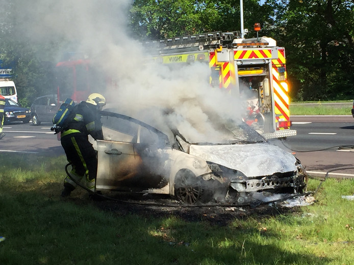 De auto langs de N65 is volledig uitgebrand