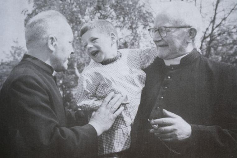 Ivo Cornelis, rechts, ving tal van jongens op in zijn tehuizen.