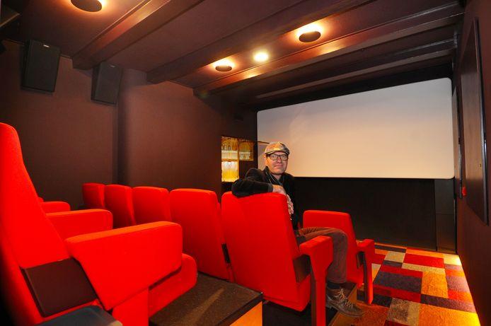 Simon Blaas in Club Cinema op de middelste van de drie rijen in de kleinste bioscoop van Nederland. Links voor het scherm zit een mini-bar waarvan de luikjes wegvallen in de muur.