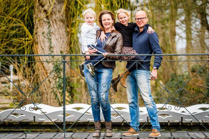 Daniëlle Langens en Joost Keizer (met hun kinderen Hidde en Juliëtte) stappen op 23 september alsnog in het huwelijksbootje. Ondanks versoepeling van de maatregelen blijft de anderhalfmeterrichtlijnen van toepassing en kan van een uitbundig feest (nog) nauwelijks sprake zijn.