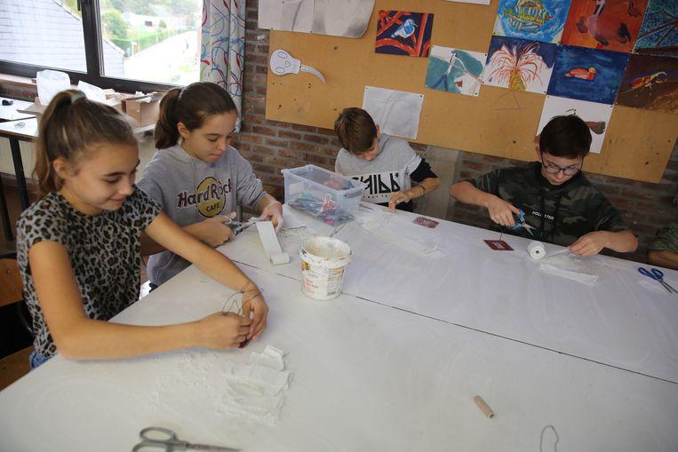 De leerlingen van het Onze-Lieve-Vrouwinstituut knutselen spookjes tijdens één van de workshops tijdens OLWeen.