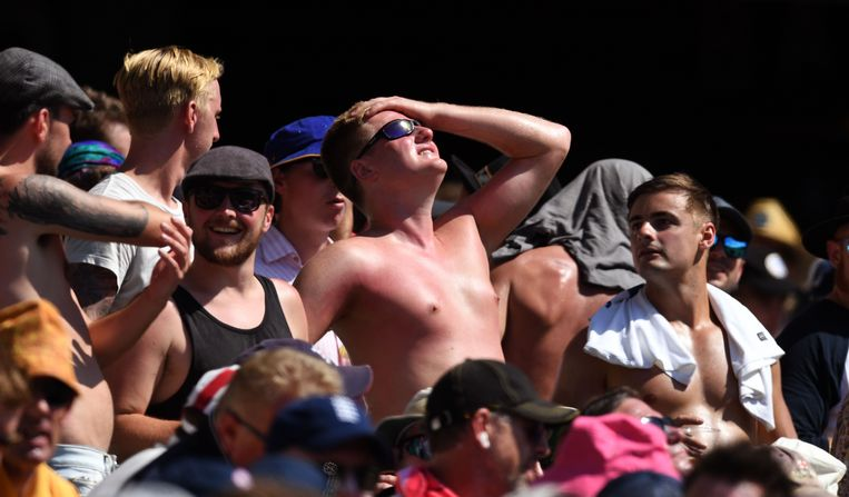 Een Britse supporter woont een cricketmatch bij in Sydney, Australië, maar vergat zijn borstkas in te smeren met zonnebrandolie.