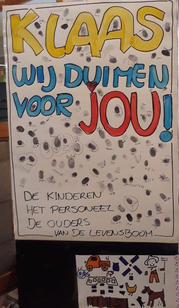 Personeelsleden, ouders en leerlingen van De Levensboom zetten hun duim en naam op een bord.