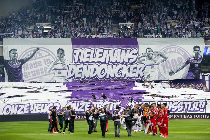 Fans van Anderlecht bij het afscheid van Youri Tielemans en Leander Dendoncker in 2017.