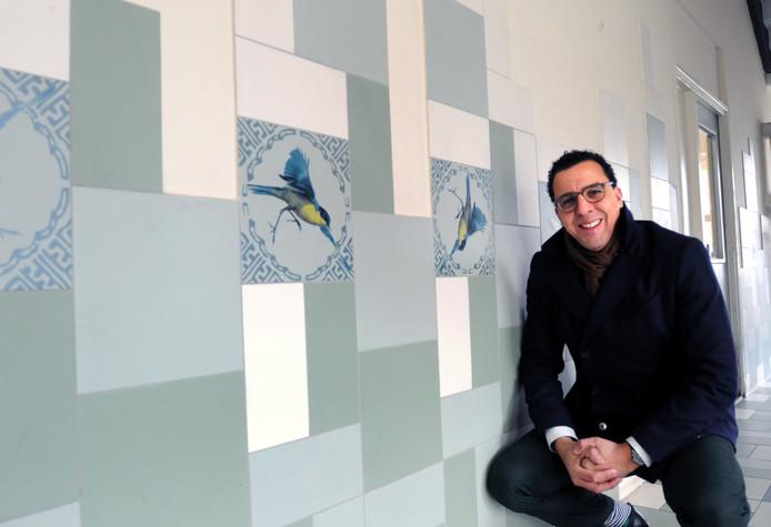 """Veel flats in Poptahof hebben vogelnamen, zoals de Kwikstaart. Woonbrondirecteur Mohamed Baba is trots op de aanpak enverlevendiging in de wijk. ,,Poptahof ligt ons na aan het hart."""""""