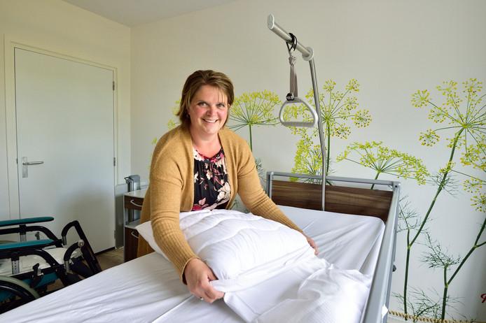 Secretaris Nelleke Mouthaan van het hospice in de voormalige huisartsenpraktijk aan de Boesemsingel in Bodegraven, dat morgen officieel de deuren opent.