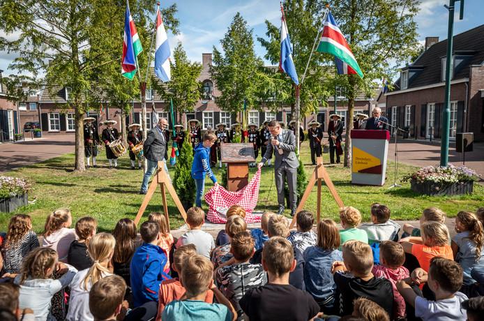 Het bevrijdingsmonument in Lieshout wordt onthuld door de elfjarige Nout van Overbeek  en burgemeester Frank van der Meijden.