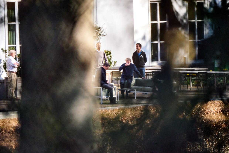 Jaap van Dissel, directeur van het Centrum Infectieziektebestrijding van het RIVM, premier Mark Rutte en minister Martin van Rijn voor Medische Zorg zijn in de tuin van het Catshuis voor overleg over de coronaciris.