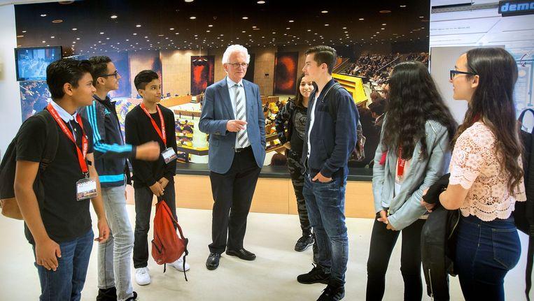 Kars Veling in gesprek met scholieren die een bezoek brengen aan de Tweede Kamer. Beeld Werry Crone