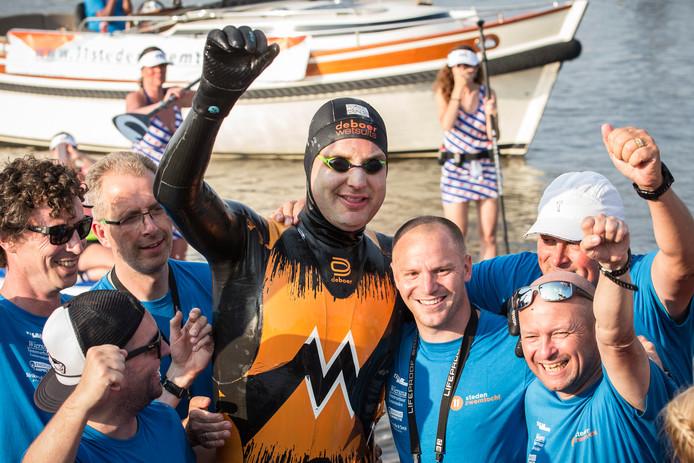 Maarten van der Weijden komt aan bij de finish in Leeuwarden na zijn tweede poging om de Elfstedentocht te zwemmen