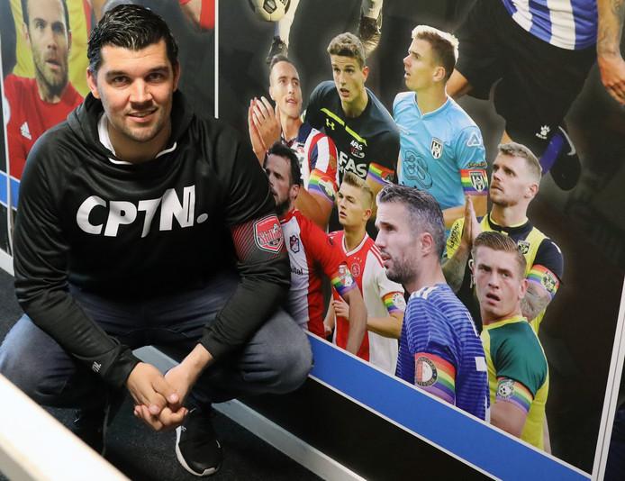 Mark Smith bij voetballers, die in 2017 voor het eerst een aanvoerdersband in regenboogkleuren droegen.