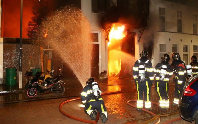 De brandweer besloot snel het pand te laten uitbranden.