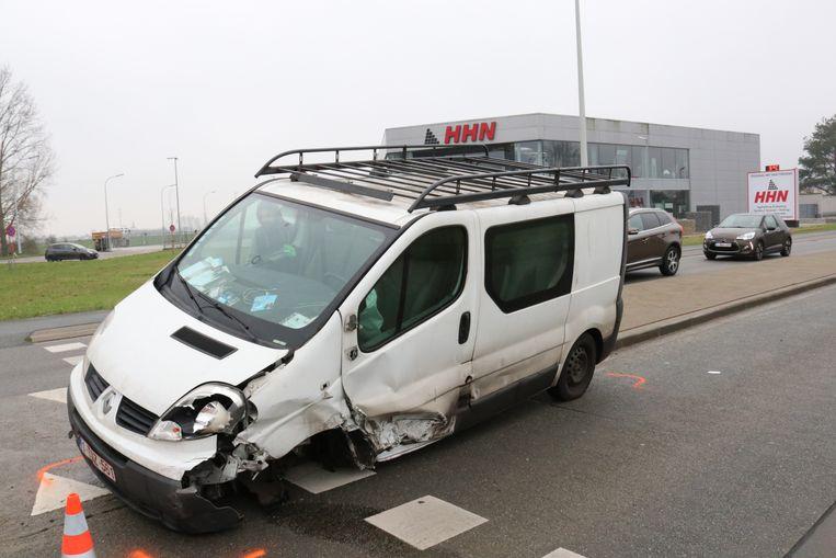 De bestelwagen verloor een wiel en kwam op de middenberm terecht.