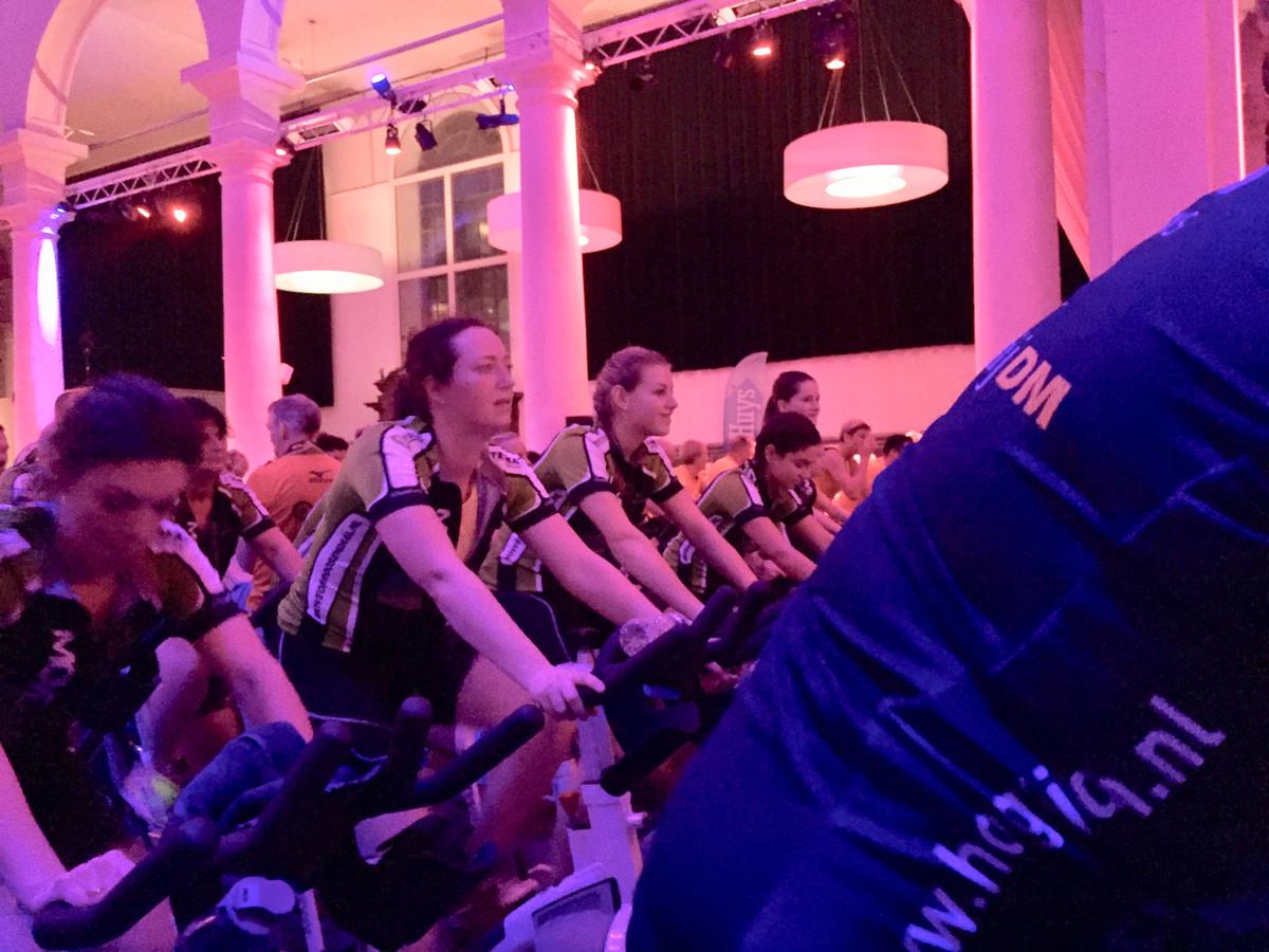 Amber Laurijssen (3e van links) fietste twaalf uur lang bij de CycleSensation.