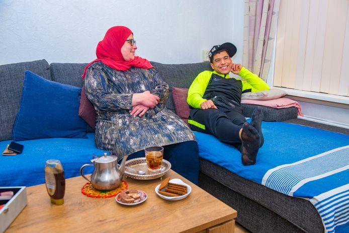Haagse Nieuwe Tarik Bouzidi met zijn moeder.