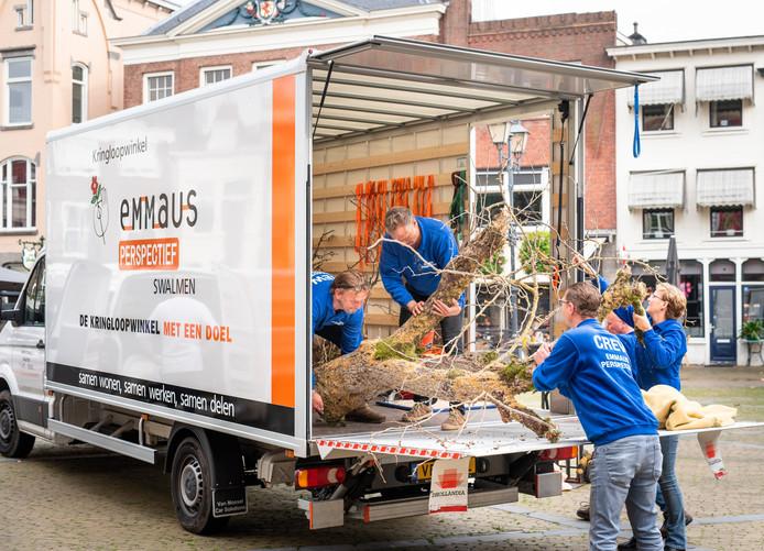 Medewerkers van Emmaus Perspectief, die met een vrachtwagen naar Gorinchem kwamen, laden de Boom van Tolerantie in bij het Gorcums Museum.