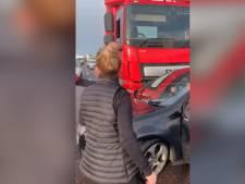 Ellie Goulding vient au secours d'un automobiliste poussé par un camion