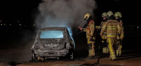Auto brandt onder verdachte omstandigheden uit in verlaten nieuwbouwstraat Diepenveen