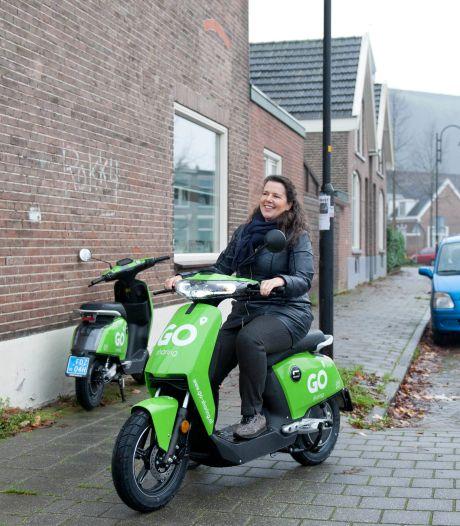Felgroene e-scooters van Go Sharing nemen bezit van Deventer: 'Aan deze opvallende scooters wen je snel genoeg'
