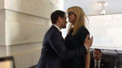 Twitter smult van 'mislukte' knuffel van senator met sfinx Ivanka Trump
