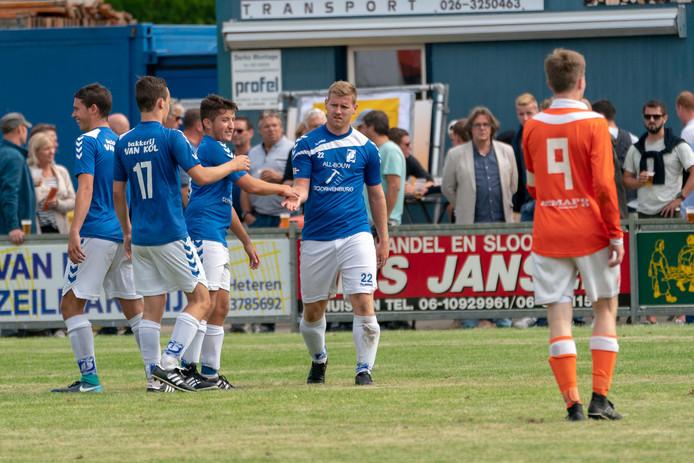 Tom te Boekhorst van GVA krijgt de felicitaties na een van zijn drie treffers in de finale van het Job Brandts Toernooi tegen Angeren.