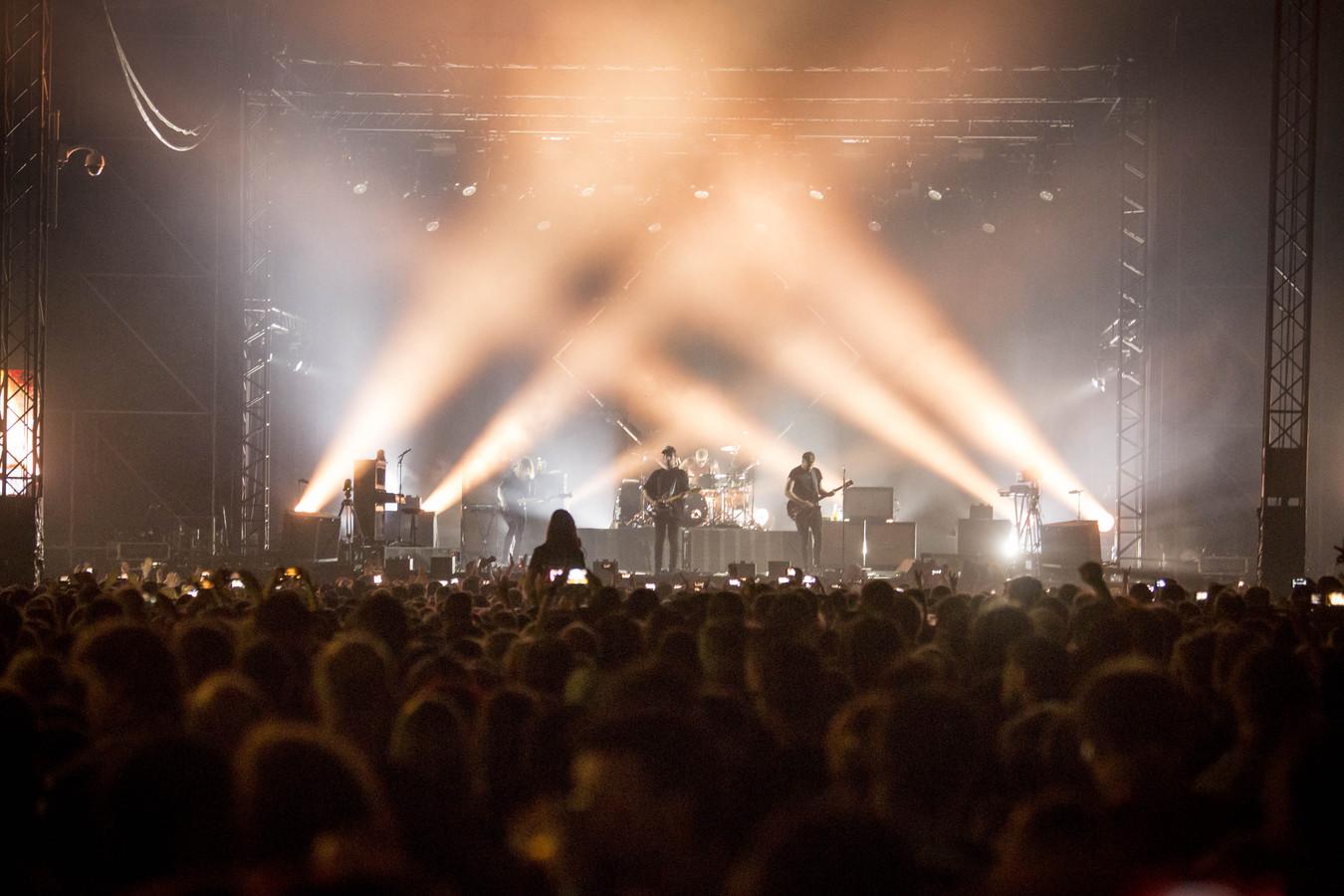 Een bomvolle tent tijdens het optreden van Kensington op de Zomerfeesten Hengevelde zaterdagavond.