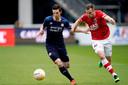 Mats Seuntjens troeft PSV'er Nick Viergever af.