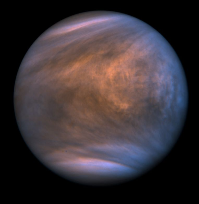 Ook over planeet Venus (hier gefotografeerd in ultraviolet licht) dwarrelen waarschijnlijk stofdeeltjes – al is het er nog altijd te heet voor vloeibaar water. Beeld ISAS/JAXA