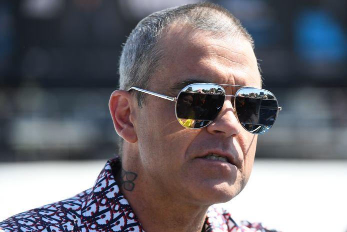 De uitbraak van het nieuwe coronavirus valt Robbie Williams zwaar. In de nieuwste aflevering van zijn eigen podcastserie (Staying) At Home With The Williamses vertelt de zanger dat hij in paniek raakte en bang was het virus onder de leden te hebben.