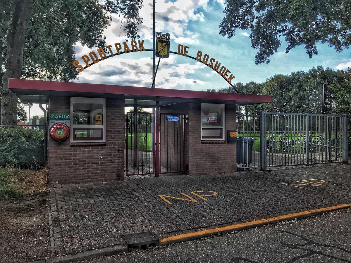 De entree van sportpark De Boshoek in 's-Heerenberg. Op het veld kwam zaterdag een 13-jarige jeugdspeler in botsing met een andere speler. De jongen overleed later die dag in het ziekenhuis in Nijmegen.