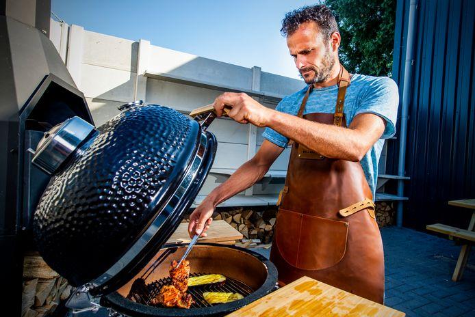 Wouter Zaat laat in Zevenhuizen zien wat je kan met een barbecue. Op het rooster kip en aubergine.