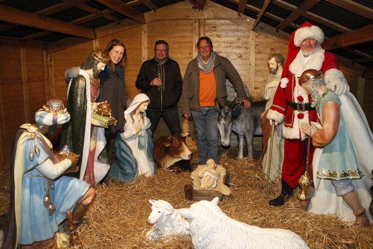 Enkele leden van Tienen Draait Door bij de nieuwe beelden in de kerststal.
