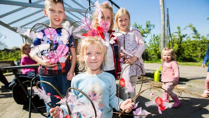 Kinderen maken een Moederdagcadeau van wilgentenen