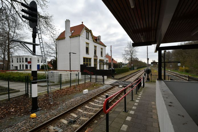 Het station in Vroomshoop is een plek waar iedereen die er niet hoeft te zijn het liefst met een grote boog omheen loopt, zeker 's avonds.