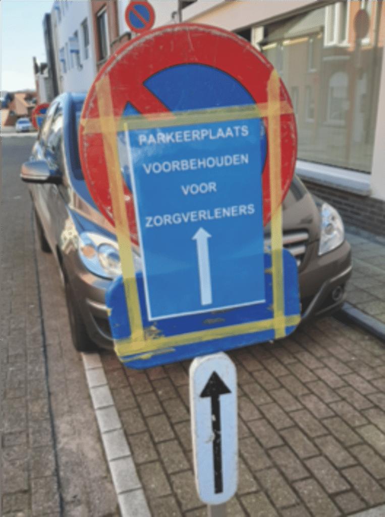 Parkeerplaatsen voorbehouden voor zorgverleners met een voorrangspasje.