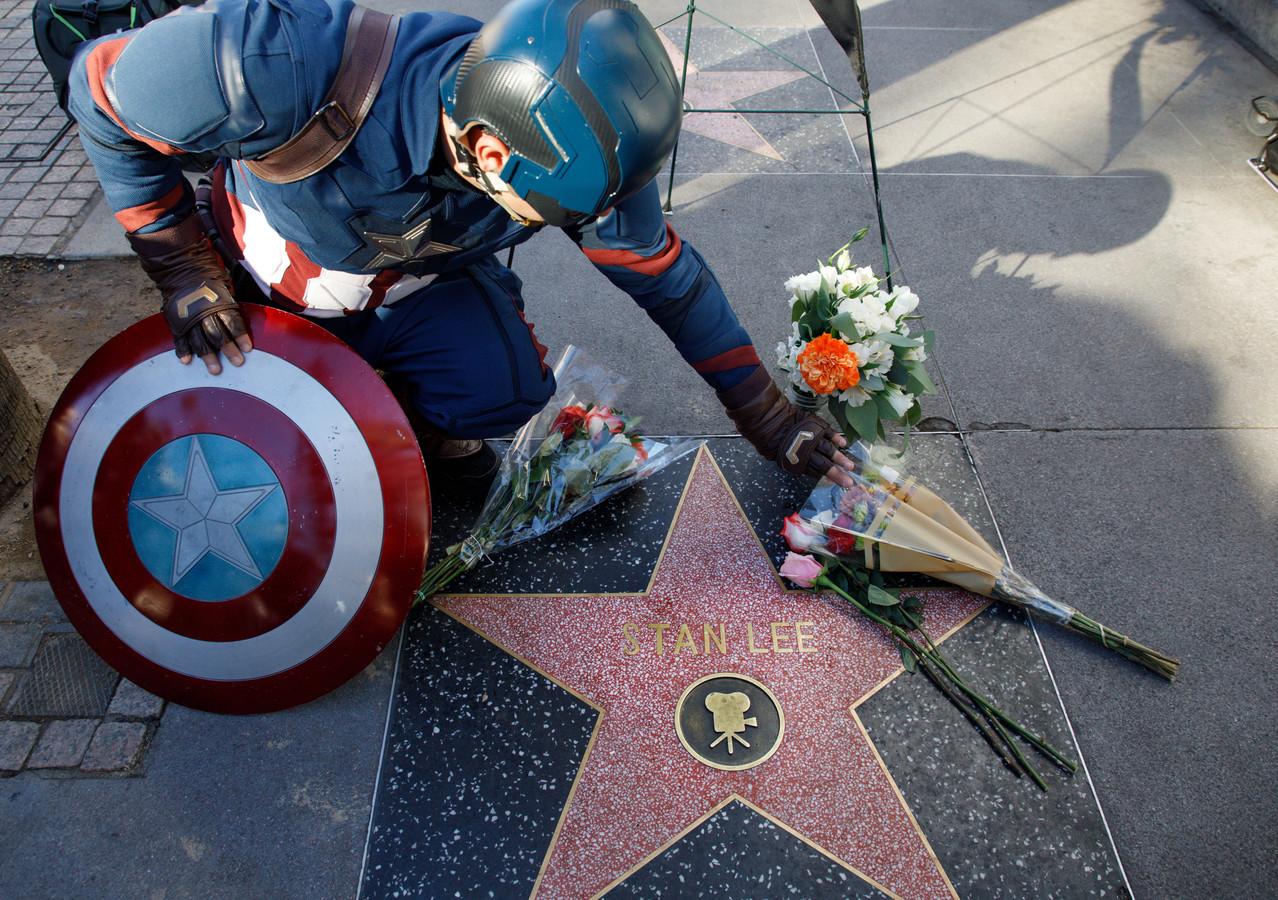 Fans leggen bloemen bij de ster van Stan Lee op de Hollywood Walk of Fame.