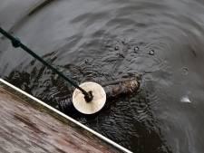 Magneetvisser vindt granaat in water bij Oude Doelenstraat