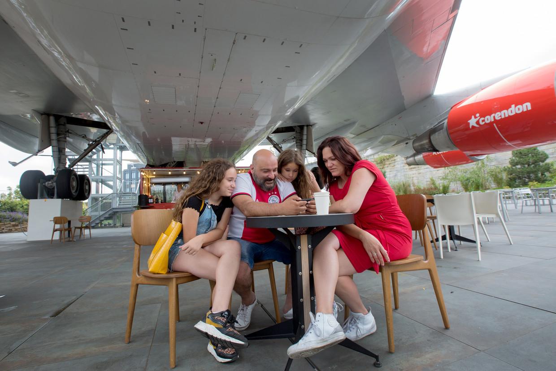 Shireen, Omid, Parisa en Anneke Honarwer onder de Boeing 747 bij hotel Costa Holanda in Badhoevedorp.