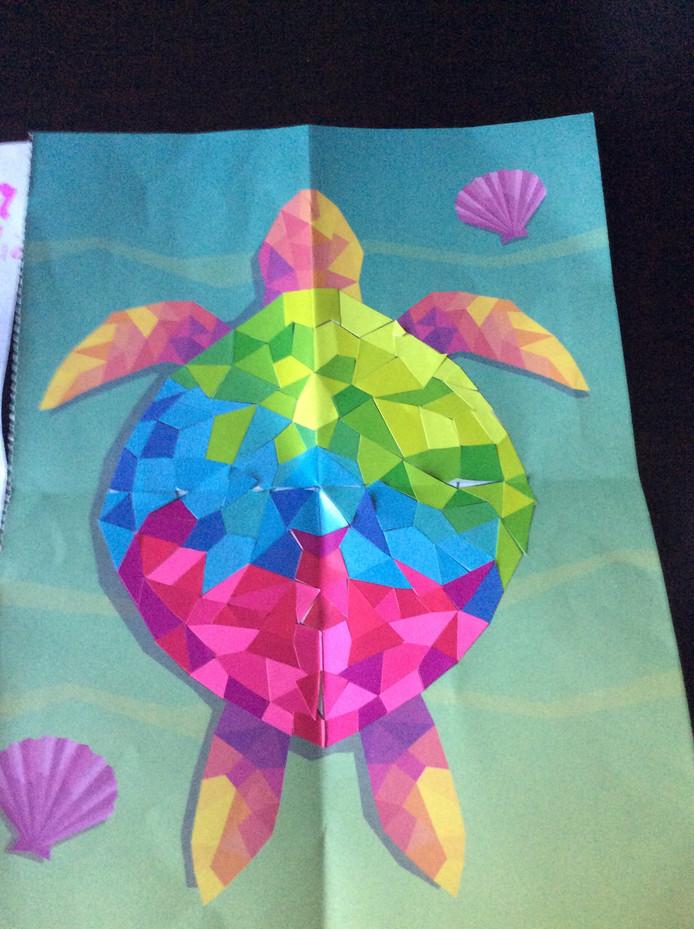 'Lotus heeft een verrassingsmandje voor opa en oma gemaakt. Waar onder dit mooie plakwerk, een brief (gisteren jullie doorgestuurd) en ook nog verschillende creatieve knutselwerkjes en dropjes.'