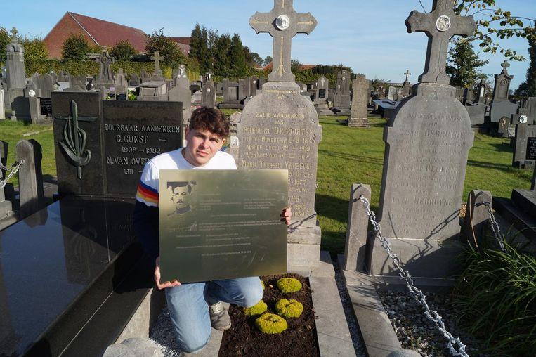 Dylan Casteleyn met de gedenkplaat, die nu aan het graf van de ouders van Leon Depoorter prijkt.