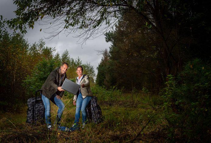 Bas Rosenkamp (l) en Suzanne Scheffer keerden eind 2017 terug naar Epe. Vanuit de Veluwse 'wildernis' runnen ze tegenwoordig het bedrijf 'Inspired by Safaris', dat reizen aanbiedt naar Afrika.