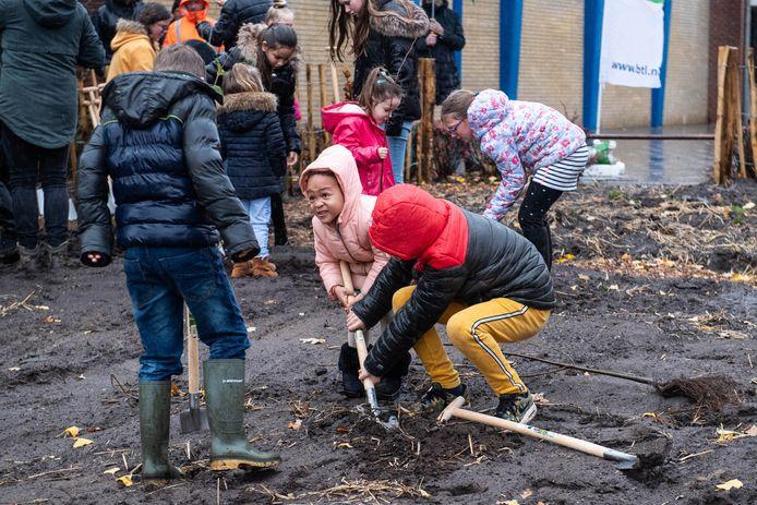 Alle leerlingen van de Anninksschool hielpen gistermorgen mee met het planten van bomen en struiken.