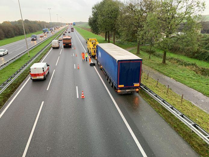 Vrachtwagen met een klapband op de A1 nabij knooppunt Beekbergen