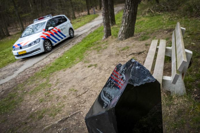 De gedenksteen voor Nicky Verstappen op de Brunssummerheide is opnieuw het doelwit geworden van vernieling. Delen van het monumentje zijn afgebroken.
