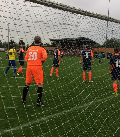 Vermakelijk voetbalduel als benefietwedstrijd voor hospice De Oase